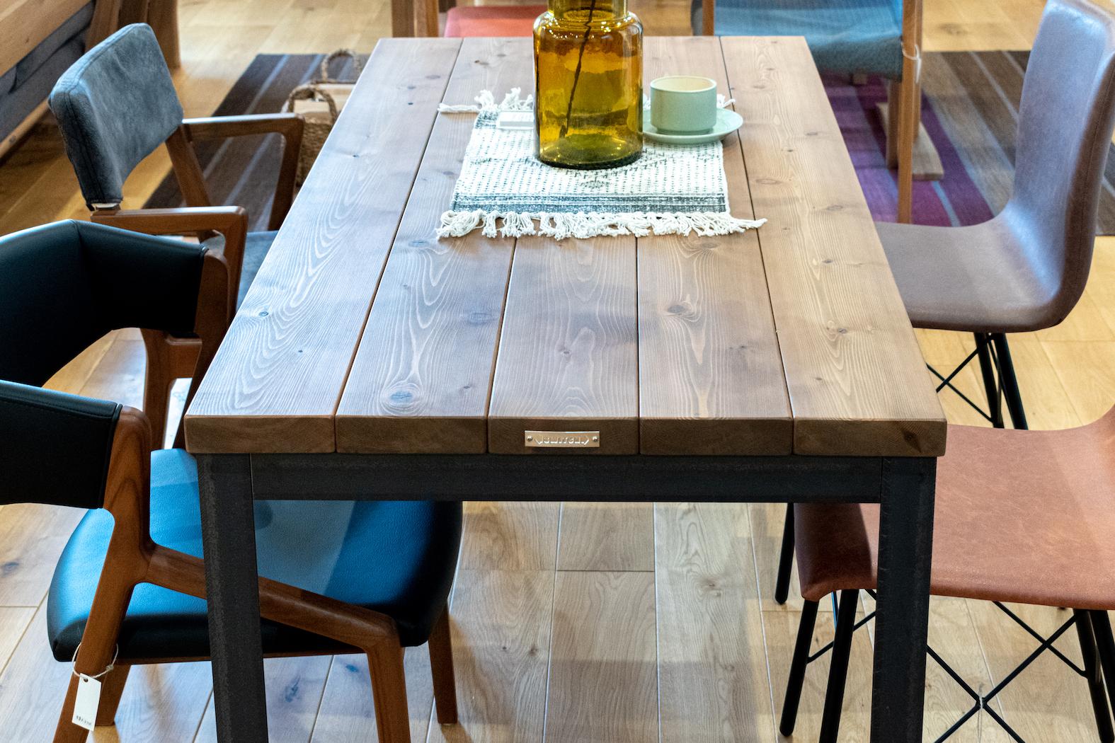 レッドシダー無垢材のファクトリーテーブル
