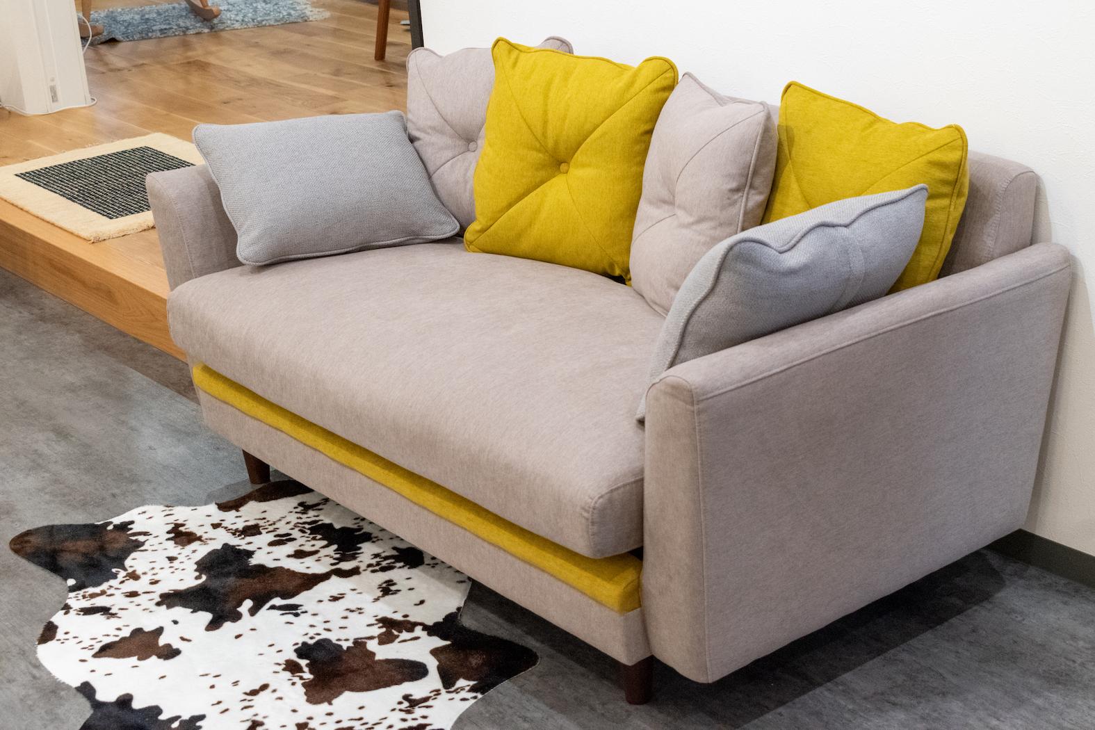 アクセントカラーのソファ